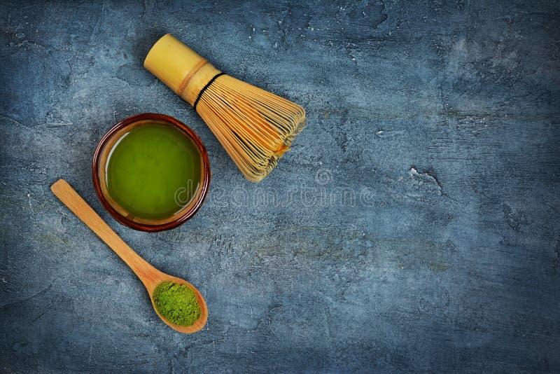 在有机绿色matcha teaï ¿ ½的顶视图在有竹飞奔和木匙子的碗 免版税图库摄影