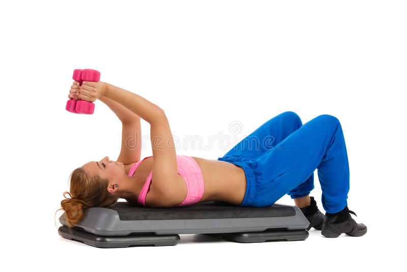 在有氧步的女性锻炼与手重量 库存照片