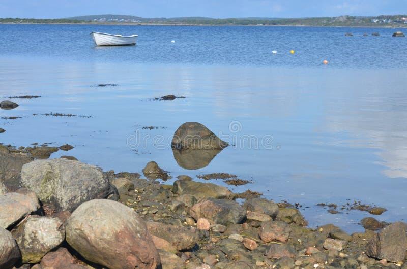 在有沈默湖和小船的瑞典环境美化 免版税图库摄影