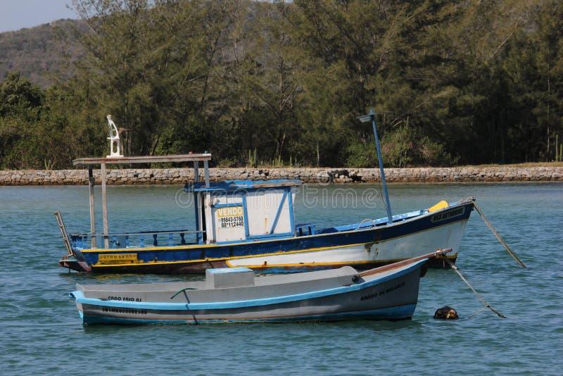 在有海的连接渠道停住的木小船 库存图片