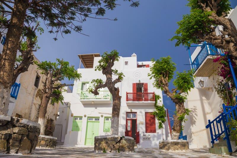 在有清楚的蓝天和树的,希腊米科诺斯岛镇小正方形  免版税库存图片