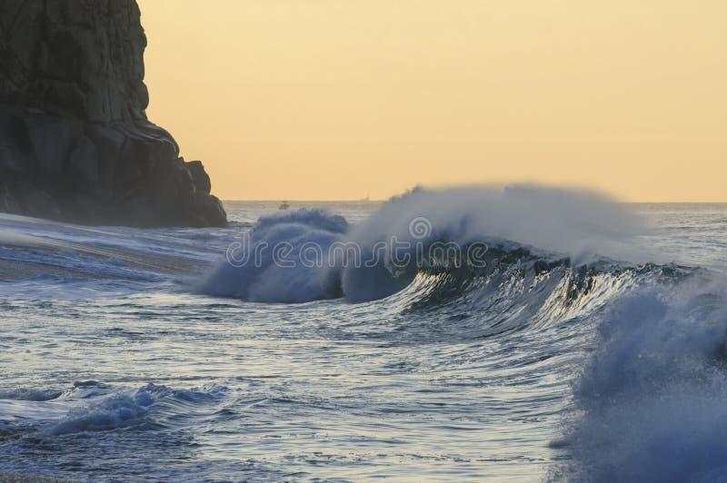 在有渔船的Cabo圣卢卡斯挥动碰撞在bg 库存照片