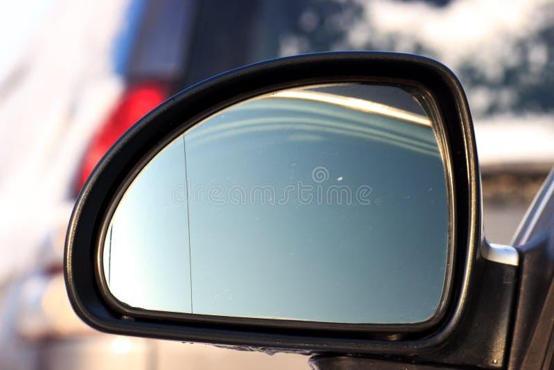 在有用被弄脏的反射观看的城市关闭并且集中驾车从外部司机窗口于镜子与 免版税库存图片
