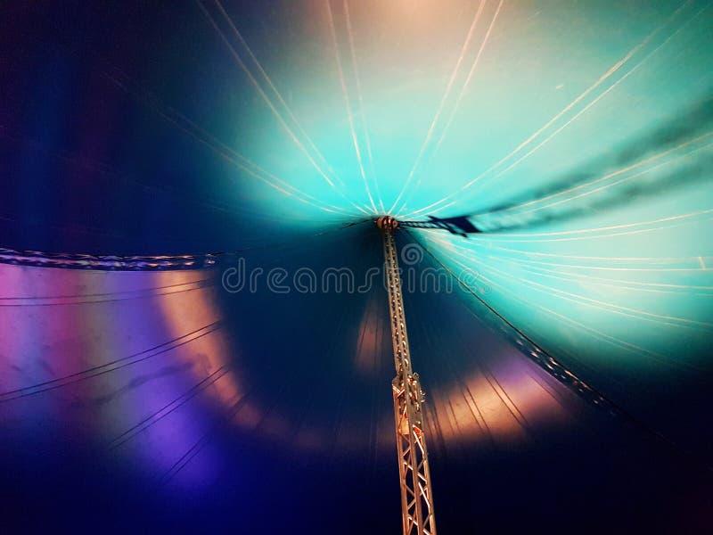 在有绿色和紫色照明设备的马戏场帐篷里面 免版税库存图片