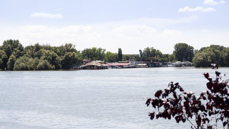 在有美丽的蓝色的sk多瑙河和木筏停住的小船 库存照片