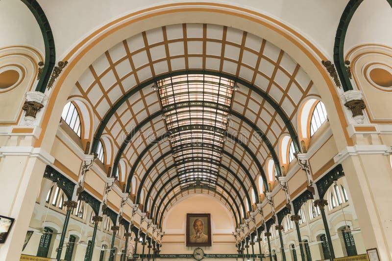在有胡志明照片的西贡中央邮局里面  库存照片