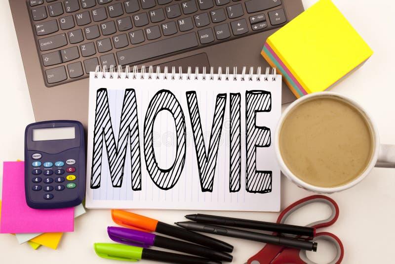 在有膝上型计算机的,标志,笔,文具,咖啡办公室措辞文字电影 娱乐影片工作的企业概念 免版税库存图片
