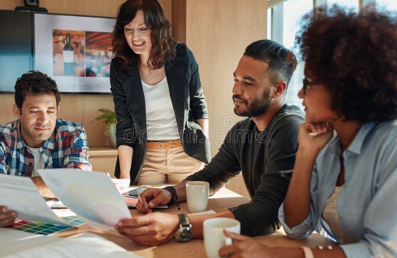 在有色板显示的会议室合作激发灵感 库存照片