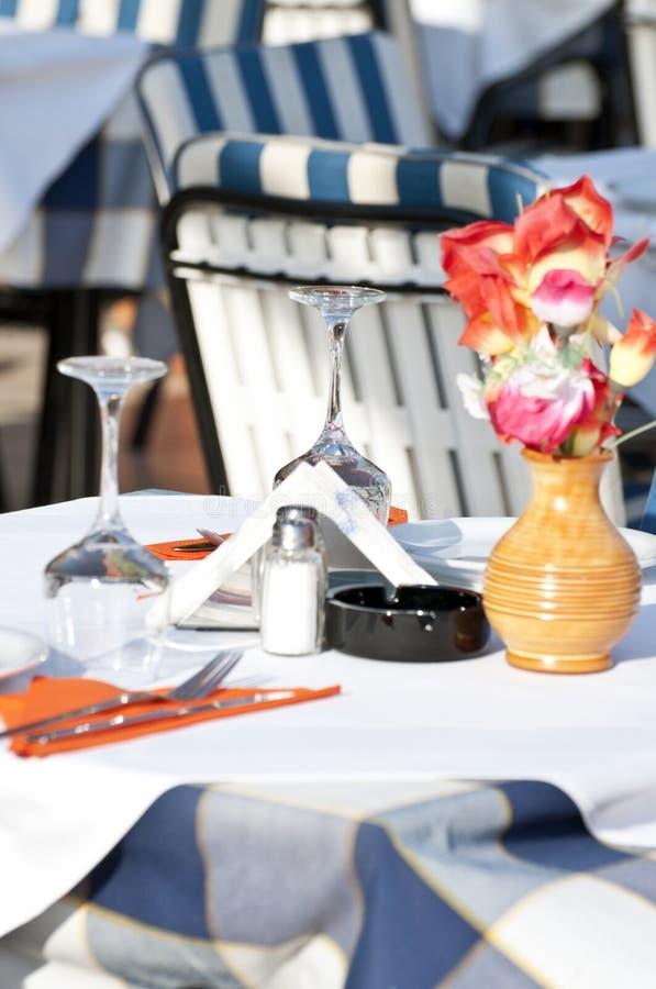 在有花的餐馆布置桌 库存照片