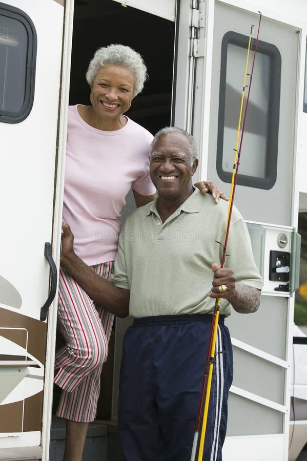 在有蓬卡车的步的资深夫妇 免版税库存照片