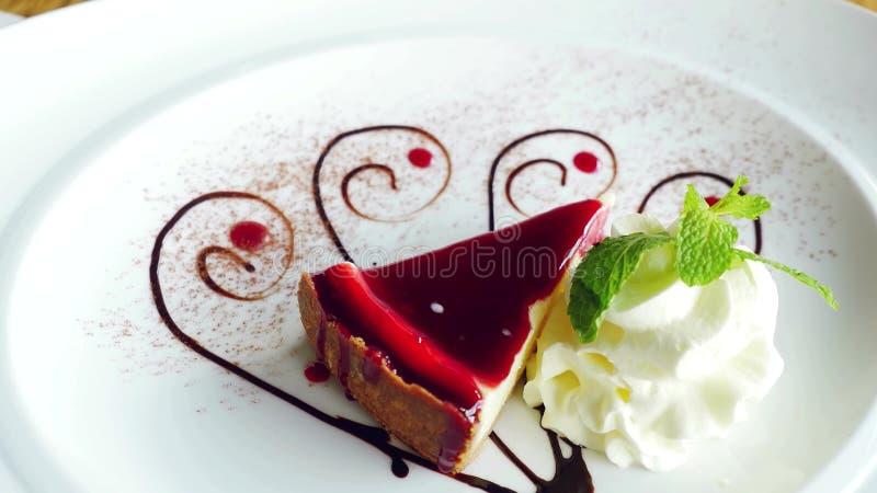 在有薄菏奶油和叶子的一块白色板材乳酪蛋糕美丽服务的可口切片  3840x2160 影视素材