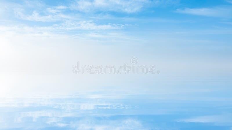 在有薄雾的淡色风景的软的波纹 在湖的平安的大雾 美好的背景 库存图片
