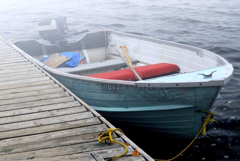 在雾的小船 库存图片