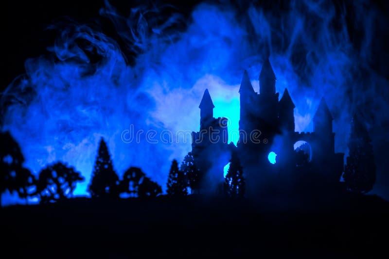 在有薄雾的满月的神奇中世纪城堡 被放弃的哥特式样式老城堡在晚上 库存图片