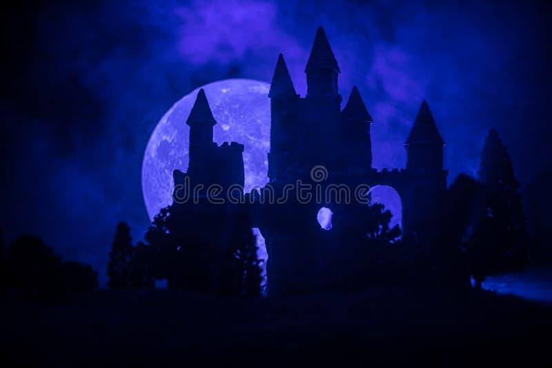在有薄雾的满月的神奇中世纪城堡 被放弃的哥特式样式老城堡在晚上 库存照片