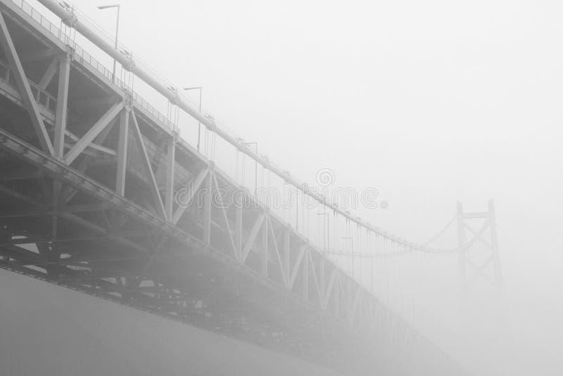 在有薄雾的雾的桥梁 免版税库存图片