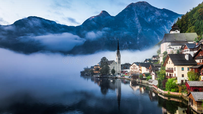 在有薄雾的Hallstatt的日出 免版税图库摄影