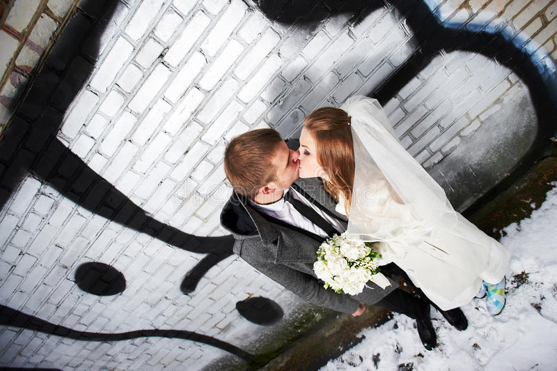 Download 在有街道画的砖墙附近亲吻新娘和新郎 库存照片. 图片 包括有 一起, 突出, 样式, 愉快, 新郎, 微笑 - 30337374