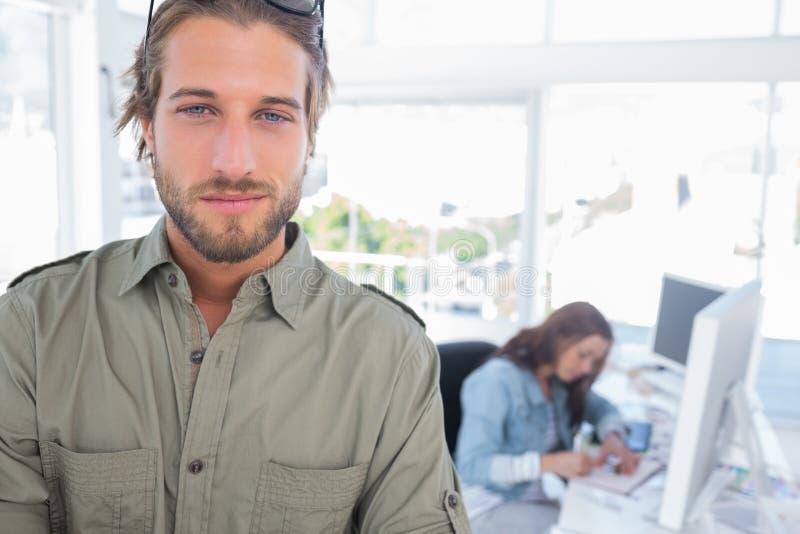 在有被交叉的双臂的创造性的办公室供以人员身分 免版税库存照片