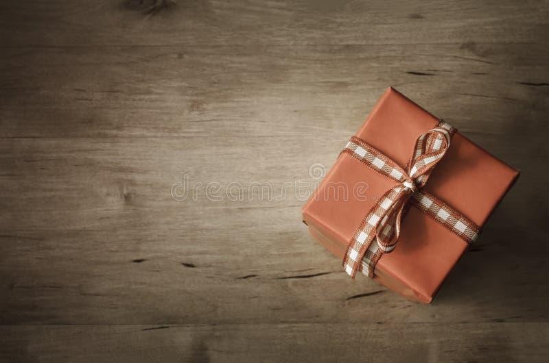 在有角度的木头的顶上的礼物盒- 图库摄影