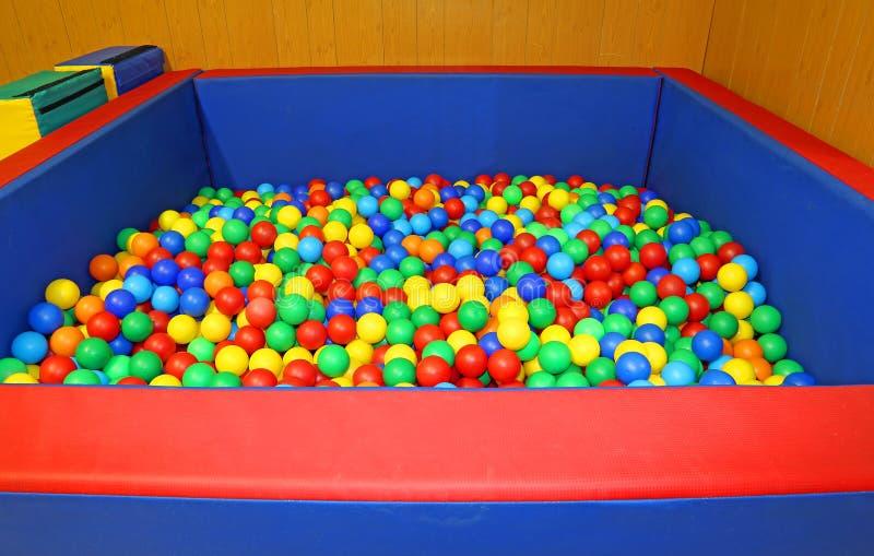 在有许多色的球的幼儿园教育健身房 免版税图库摄影