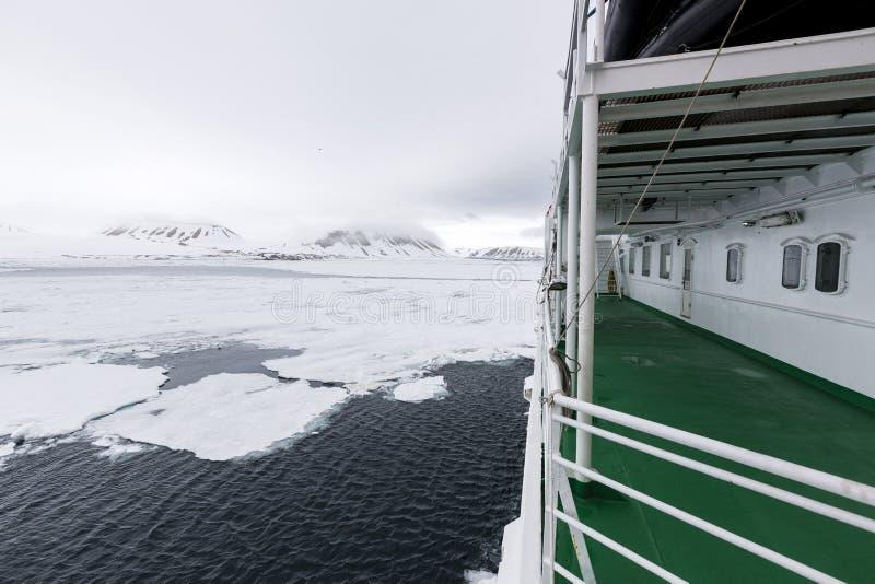 在有远征船的,斯瓦尔巴特群岛, Norway7北极旅行 图库摄影