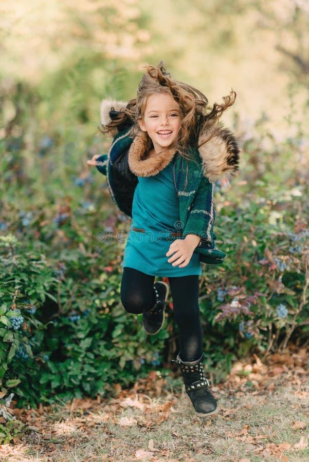 在有长的头发的秋天森林小女孩 库存图片