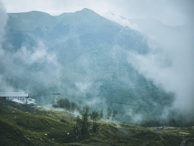 在有雾山森林的回归线上的云彩 图库摄影