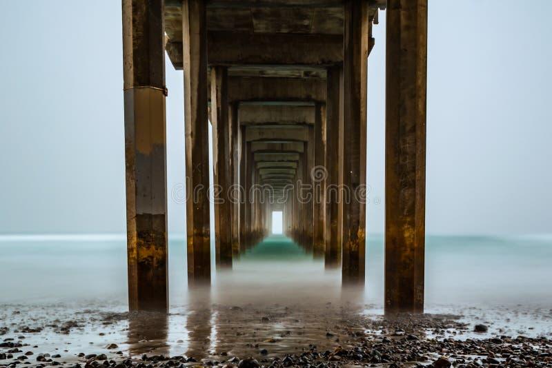 在有雾的日出期间的斯克里普斯码头长的exosure 库存照片