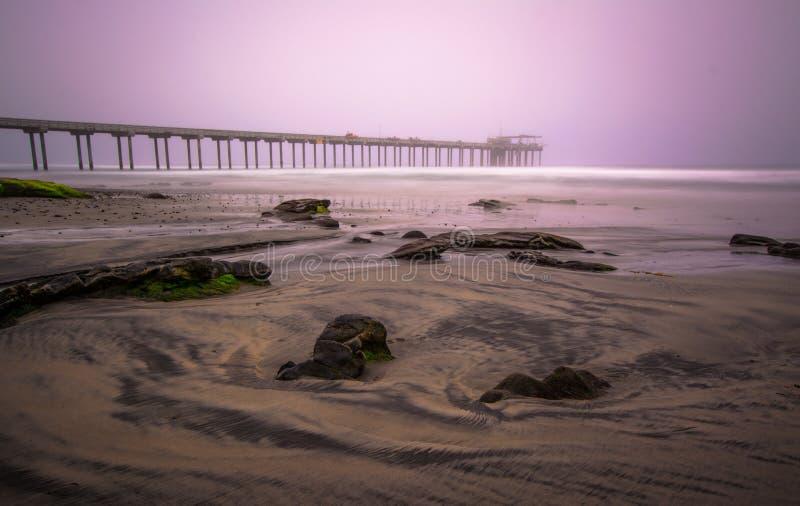 在有雾的日出期间的斯克里普斯码头长的exosure 免版税库存图片