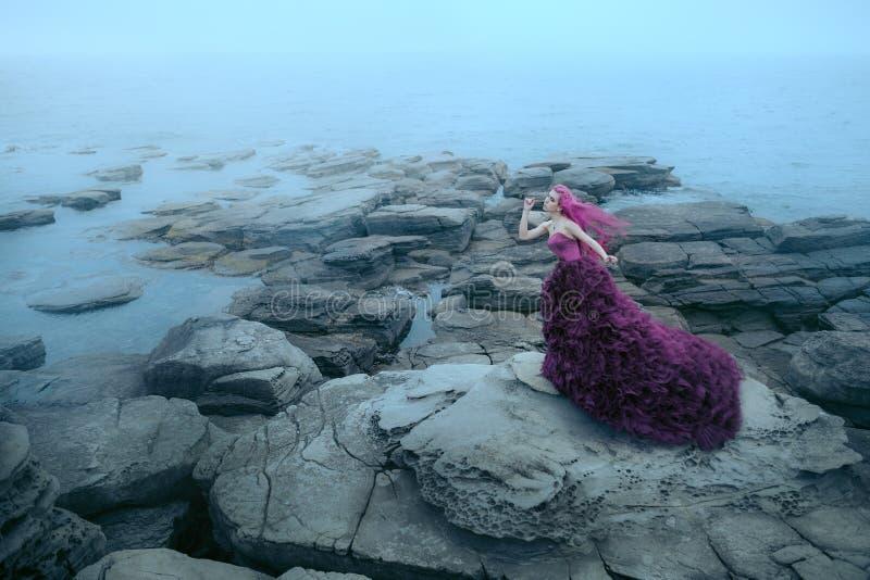 在有雾的海附近的妇女 库存图片