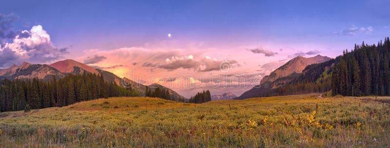 在有顶饰小山,科罗拉多,美国附近的日落 库存照片
