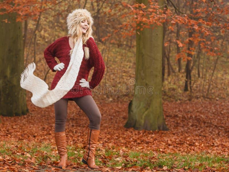 在有风秋天秋天公园森林里塑造妇女 库存图片