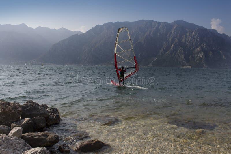 在有风summerday的帆船在湖加尔达 免版税图库摄影