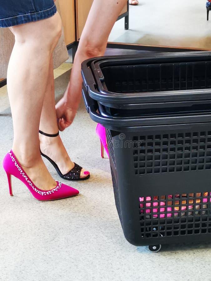 在有高跟鞋的试衣间妇女的 库存照片