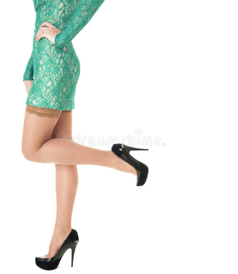 在有高跟鞋的黑色鞋子穿上鞋子的女性长的行程。 免版税图库摄影