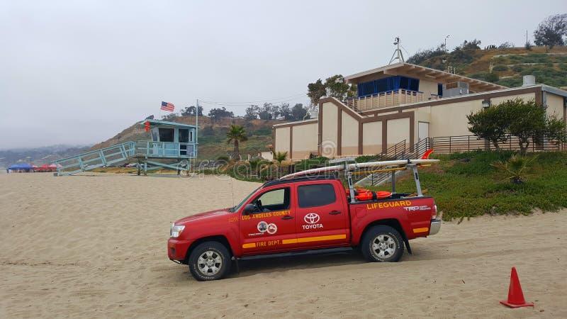 在有LifeguardÂ的汽车的圣塔蒙尼卡靠岸在前面 库存照片