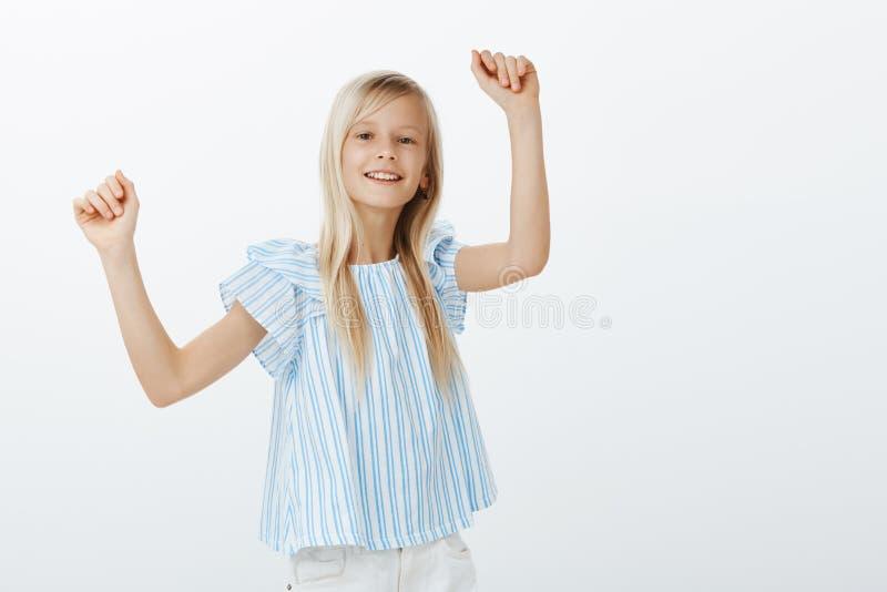在朋友的女孩跳舞集会,获得乐趣 正面快乐的聪慧的女孩室内画象有公平的头发的 免版税库存图片