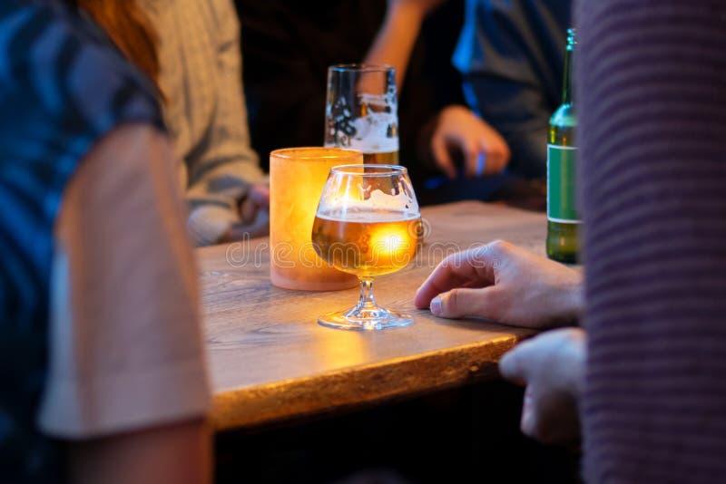 在朋友的看法有酒精饮料在酒吧,特写镜头 免版税库存图片