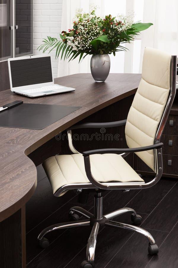 在服务台上的膝上型计算机 免版税图库摄影