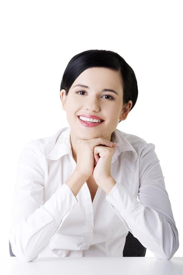 在服务台之后的新美丽的女实业家 免版税库存图片