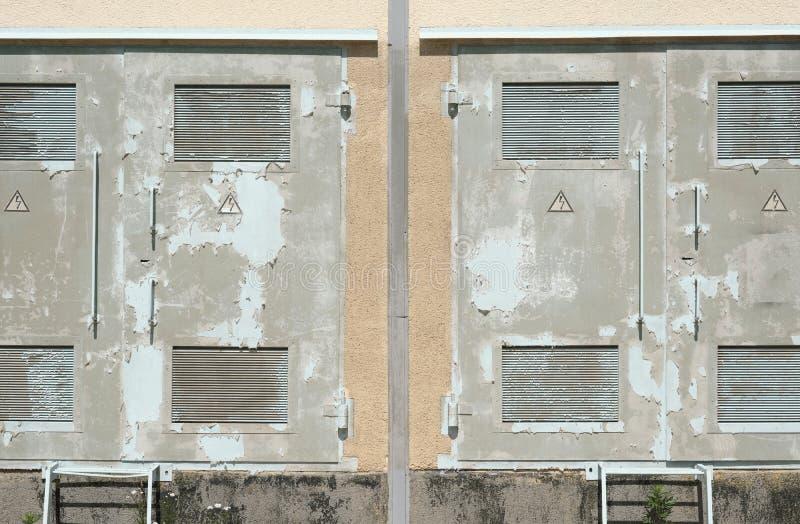 在服务室墙壁的老金属门  免版税库存照片