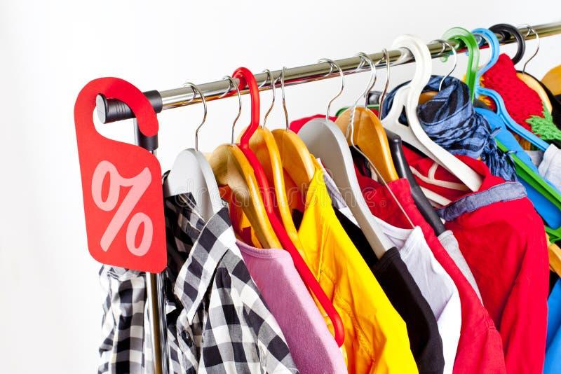 在服装店的销售-打折标志在衣裳机架 免版税库存照片