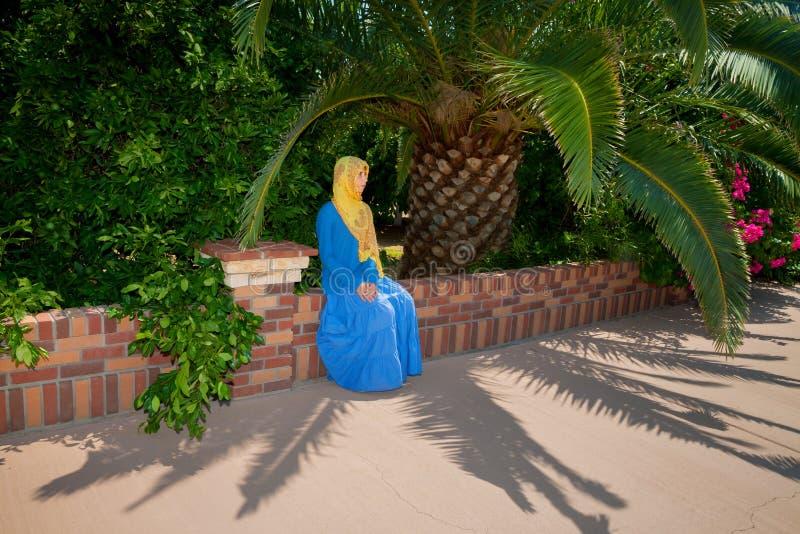 在服装打扮的少女适用于一个东正教孩子 免版税库存图片