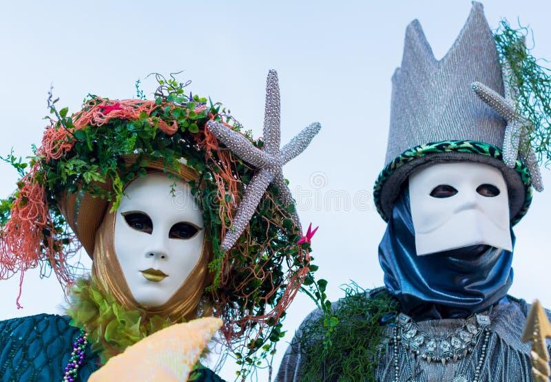 在服装的在威尼斯狂欢节期间的夫妇和面具 免版税库存图片