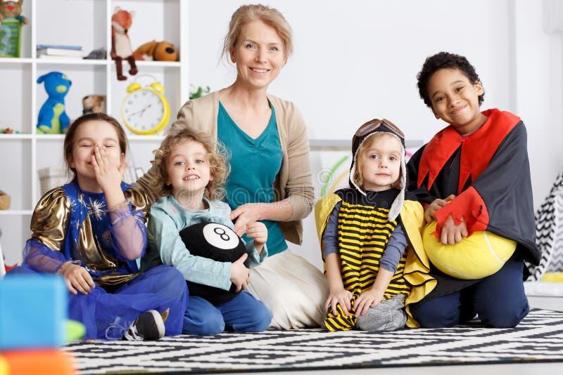 在服装的幼儿园小组 图库摄影