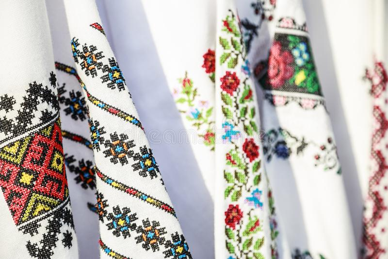 在服装的特写镜头罗马尼亚传统刺绣 库存照片