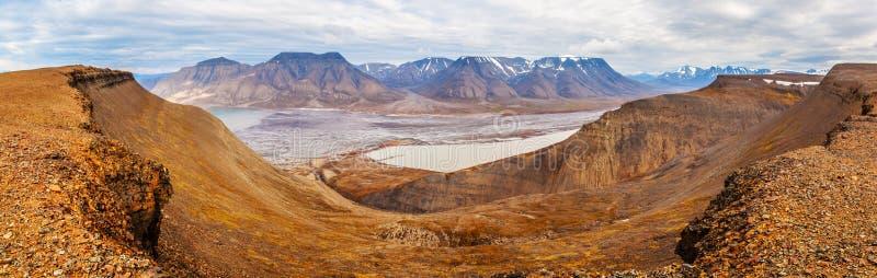 在朗伊尔城,卑尔根群岛(斯瓦尔巴特群岛海岛),挪威,格陵兰海附近的水平的全景视图 库存照片