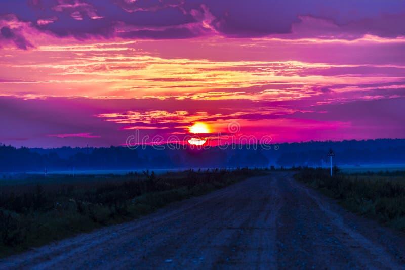 在朝阳的光芒的火热的云彩 图库摄影