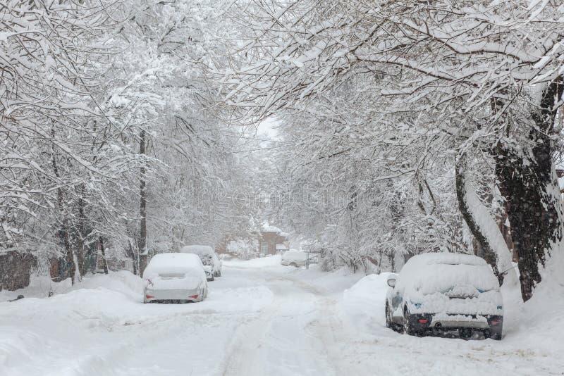 在期间的冬天汽车降雪在镇里 免版税库存照片